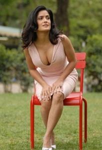 selma_hayek_showing_off_cleavage