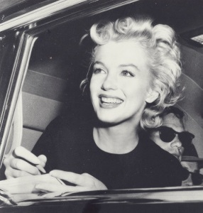 marilyn-monroe-signing-autographs